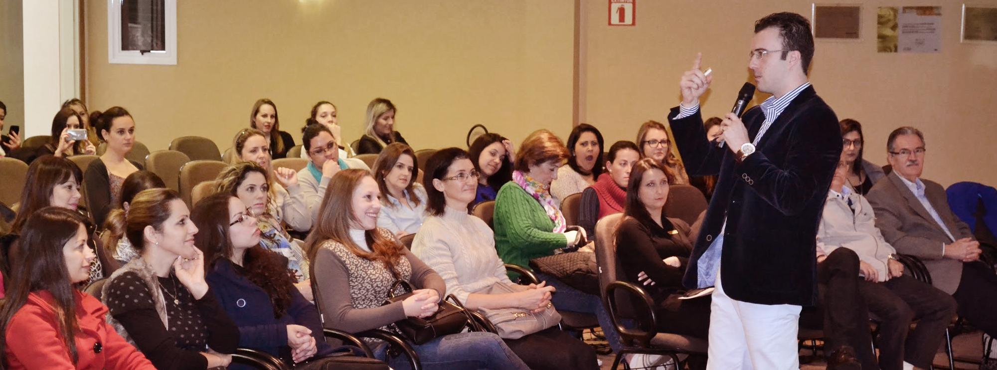 Palestra LoveBack reuniu 82 secretárias no auditório do Hospital Unimed