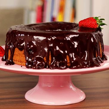 Lanche pra semana: bolo de morango com cobertura de chocolate
